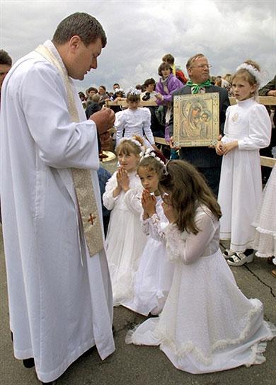 imagenes de ninos haciendo la comunion